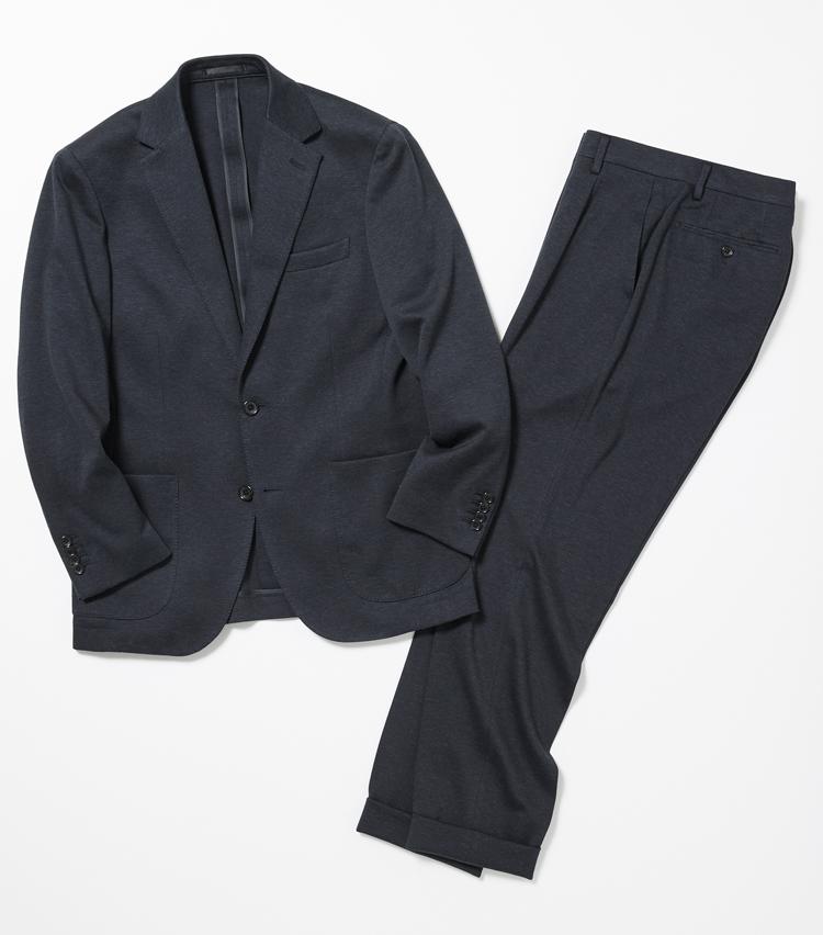 <p><strong>AZABU TAILOR / 麻布テーラー</strong><br /> 一見通常のスーツとなんら変わりないドレス感を持ちながらも、驚異的なストレッチ性でストレスフリーな着心地を味わえるウールジャージーのセットアップ。テーラードの手法を用いた軽量半毛芯により、胸周りの構築的なフォルムをキープ。パンツのクリースはステッチで固定することも可能で、信頼や品格を表現できる。シワにもなりづらい特性があるため、出張などの際に着用するトラベルジャケットとしても非常に重宝する。ジャケット4万7500円、パンツ2万円<以上オーダー価格>(Y&Mプレスルーム)</p>