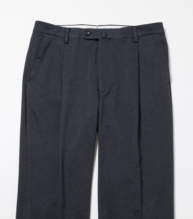 """<p><strong>細部に宿る""""凄み""""</strong><br /> パンツには、深めにとられたアウトプリーツを。これにより、腰周りに余裕を持たせ過剰な生地の伸びを防いでくれる。</p>"""