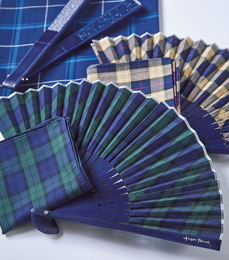 <p><strong>AZABU TAILOR / 麻布テーラー<br /> 柄遊びで夏を愉しく</strong><br /> チェックのハンカチと、共布を用いた扇子のセット。柄に滲む遊び心が、暑い毎日に楽しい気分を添えてくれる。ハンカチのイニシャル刺繍や、扇子へのイニシャル刻印も無料で可能。納期2週間。5月中旬発売予定。扇子&ハンカチセット 3800円(Y&Mプレスルーム)</p>