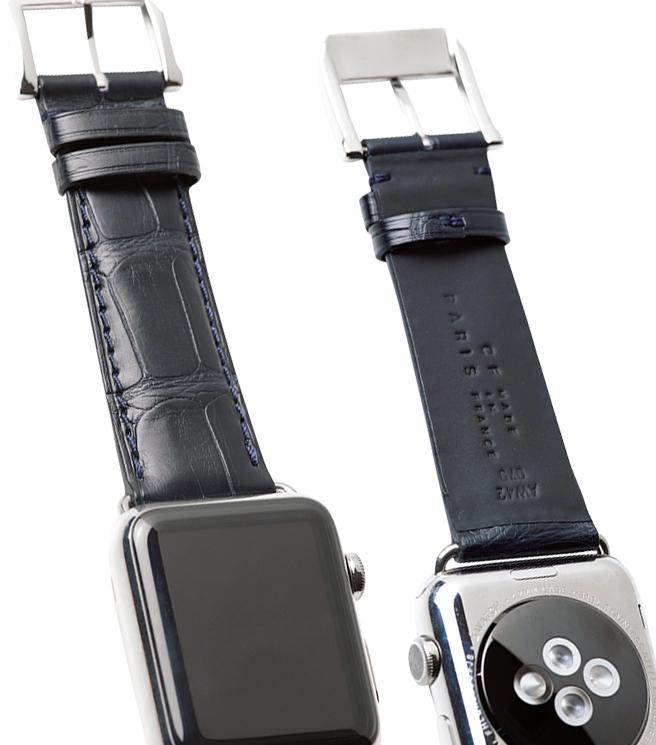 <p><strong>CAMILLE FOURNET / カミーユ・フォルネ<br /> 夏でもドレスにレザーベルト</strong><br /> 汗による臭いや劣化が気になるレザーベルト。裏に薄いラバーが貼られた本品なら、夏でもドレッシーに時計を着けられる。写真はアリゲーター革でアップルウォッチ仕様。アンチ・スウェット仕様ベルト Apple Watch®サイズ38mmまたは40mm用で4万2000円(カミーユ・フォルネ銀座本店)</p>