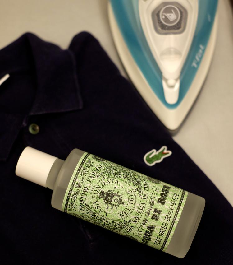 <p><strong>【Technique 2】アイロンがけ時に「リネンウォーター」を活用</strong><br /> アイロンをかける際、リネンウォーターと呼ばれる香りつきの水を使うのも効果的。霧吹きに移して洋服にスプレーし、普通にアイロンをかけるだけでOKだ。ちなみに写真のサンタ・マリア・ノヴェッラのものは保湿剤として体に塗ったり、浴槽に入れてアロマバスにも活用できる便利な一品。</p>
