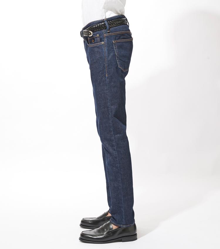 <p><strong>サイドシルエット</strong><br /> シルエットは裾に向かって細くなるテーパードラインで脚のラインをすっきりと見せ、カジュアルながらもどこか大人っぽさを残した絶妙な塩梅に。</p>