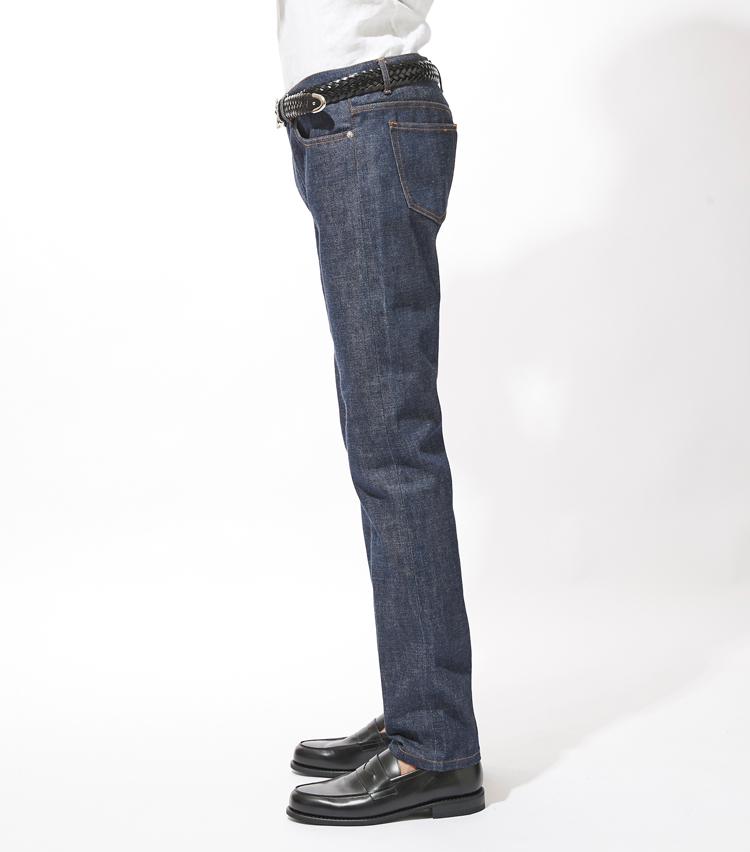 <p><strong>サイドシルエット</strong><br /> 全体的に細身のシルエットに加え、膝下テーパードが効いた美しいラインを描く。</p>