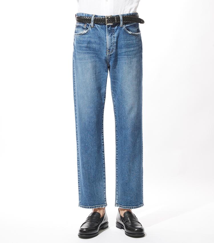 <p><strong>レッドカード</strong><br /> 日本製ならではの抜群のサイズ感とストレッチ素材によって快適な穿き心地を味わえる新モデル「ルーキー」。前立てはジップフライ仕様で、裾やポケット部分に施された擦れ加工は、職人によって一本一本手作業で加工が行われている。長年穿き込んだかのようなリアルなダメージ感がこなれた印象に。大人の余裕を感じさせるトレンド感のある一本だ。1万9000円(ゲストリスト)</p>