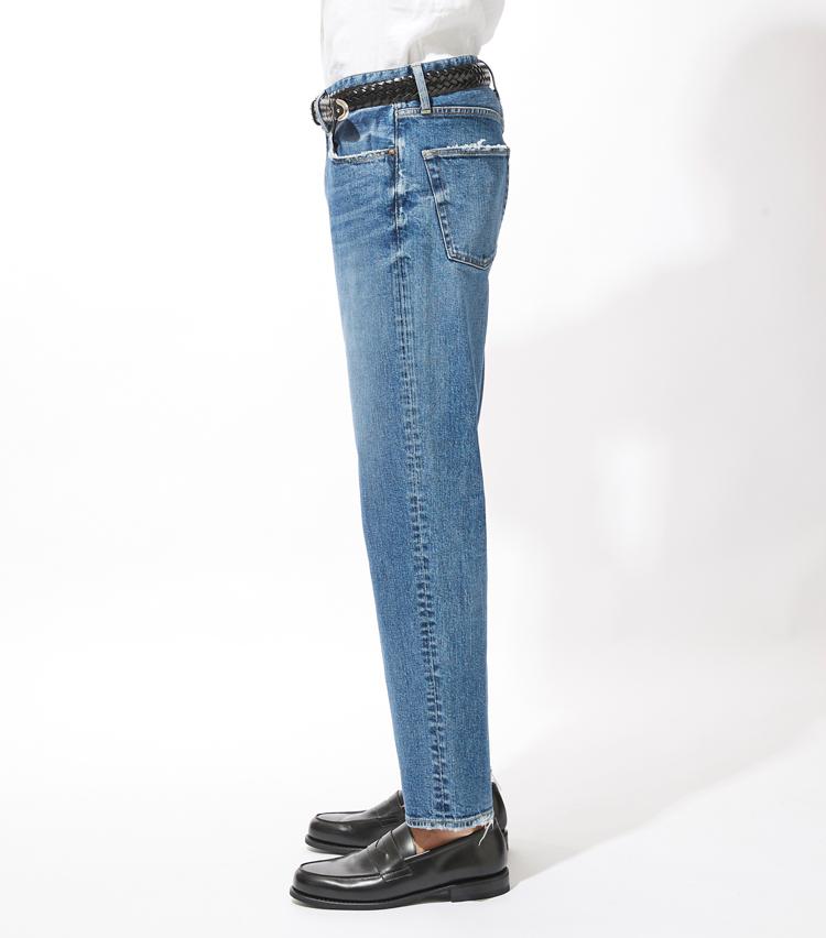 <p><strong>サイドシルエット</strong><br /> ヒップから膝下にかけて、少しゆとりを持たせたレギュラーストレートのシルエットが特徴。</p>