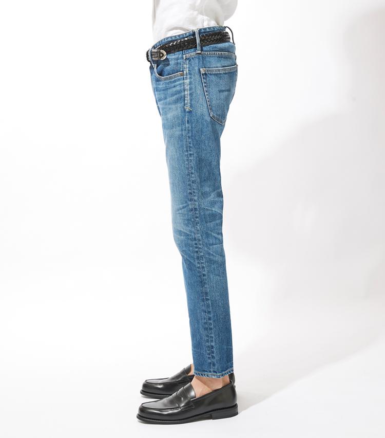 <p><strong>サイドシルエット</strong><br /> トレンド感ある膝下テーパードシルエットとリアルな色落ちが大人の休日のふさわしいリラックス感を演出する。</p>