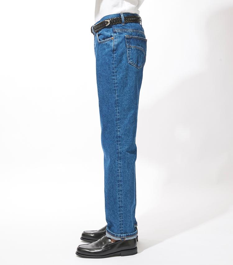 <p><strong>サイドシルエット</strong><br /> ヒップをしっかり包み込む深い股上が特徴的。膝下からストンと綺麗に落ちるストレートシルエットは唯一無二の雰囲気。</p>