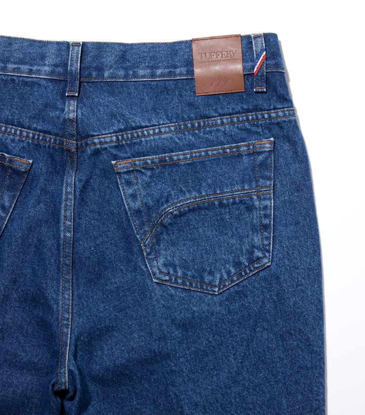 <p><strong>ヒップディテール</strong><br /> フレンチデニムの雄は、コンパクトなポケットで王道デニムの中でも最もクリーンな印象だ。</p>