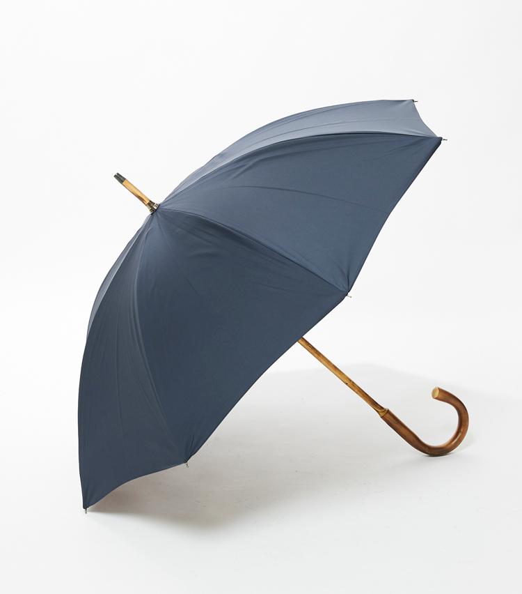 <p><strong>「ドレイクス」傘の横顔</strong><br /> スーツスタイルにマッチする普遍的なスタイル。</p>