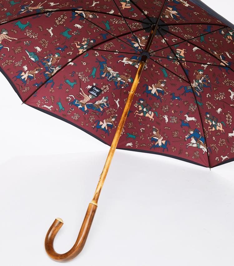 <p><strong>「ドレイクス」傘の一芸</strong><br /> 横顔と比べて鮮やかな内側は、同社ならでは。手に馴染む栗の木一本傘は、特別な存在感だ。</p>