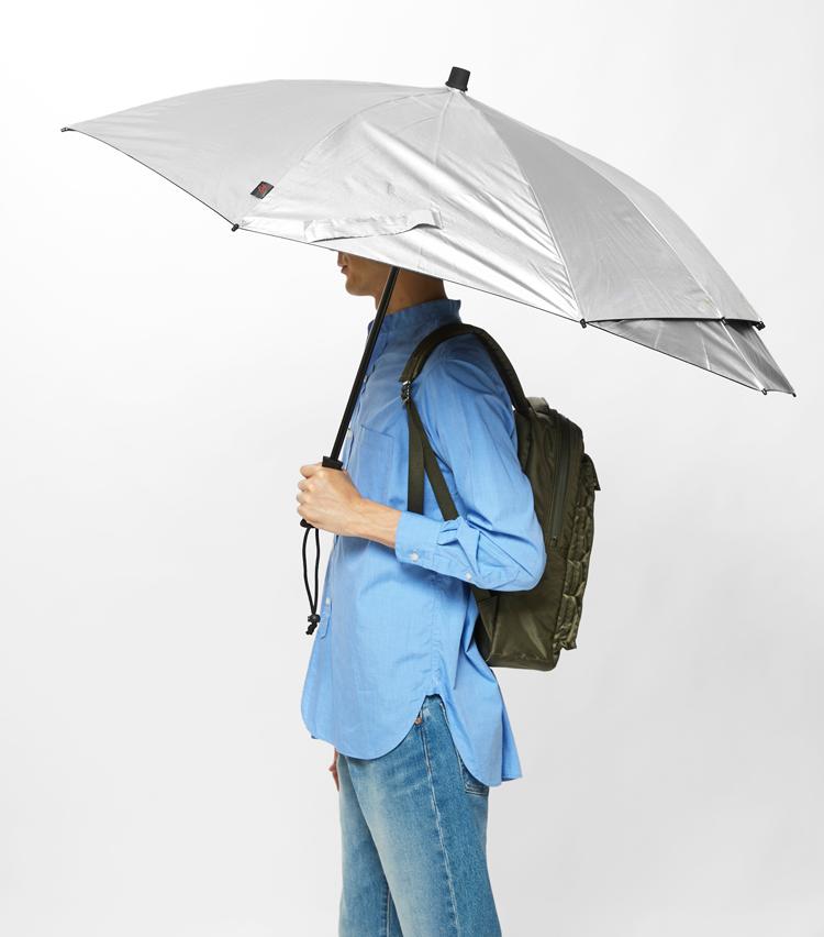 <p><strong>「ユーロシルム」傘の一芸①</strong><br /> 実際にリュックを背負うとこの通り! しっかり雨露から守ってくれる。</p>