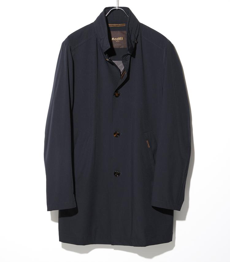 <p><strong>ムーレー</strong><br /> 樹脂加工のストレッチナイロンを使用した抜群のフィット感と動きやすさが特徴の一着。落ち着きのあるマットな質感は、スタンドカラーのシャープなシルエットと相まって、スーツやジャケットスタイルにも上品に馴染む。撥水性のある生地、フードが収納された襟、ファスナー付きの内ポケットも左右に配され、アクティブなビジネスマンに最適。まさに高級アウターの品質の良さと、ラグジュアリー感を実感できる逸品だ。10万5000円(コロネット)</p>