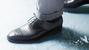 急なスコールでも問題なし!「雨の日対応のドレス靴」8選