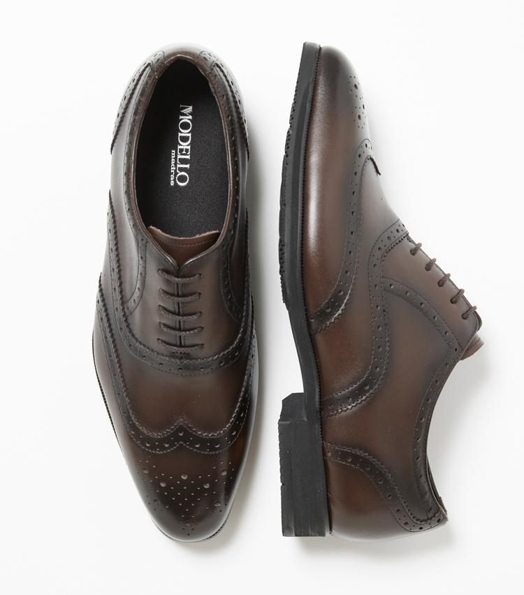 <p><strong>モデロ</strong><br /> 髙島屋とマドラス、ヴィブラムの3社共同開発 によるドレス靴。 アッパーは上品な牛革ながら、撥水性に優れつつ水洗いもできるので、梅雨時期はもちろん、蒸し 暑い夏場も靴内を清潔に保つことができる。メッシュ構造のライニングは、通気性に優れ、水洗い に適した速乾性を発揮。アウトソールはすり減りにくく、雨の日でも滑りにくい。2万円(日本橋髙島屋S.C. 本館 バッグ&シューズギャラリー) </p>