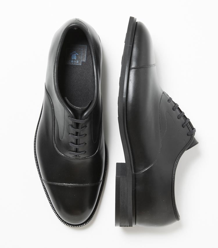 <p><strong>三陽山長</strong><br /> 上質なインポートレザーの銀面を再現したPVC素材のドレス靴。アッパーとソールを一体成型する独自製法を用いているため、コバに継ぎ目がなく、防水性は完璧。コバ、ステッチと細部にわたり一切妥協の無い仕上がりは、高級ドレス靴と見紛うほどの完成度。アウトソールの微発砲ラバーは、軽量で返りもよくグリップ性、耐摩耗性に優れ、歩行時のストレスを軽減してくれる。インソールは通気性、透湿性、消臭効果のあるカップインソールを使用し、靴内の蒸れもしっかり軽減してくれる。1万8000円(三陽山長 日本橋髙島屋S.C.店)</p>