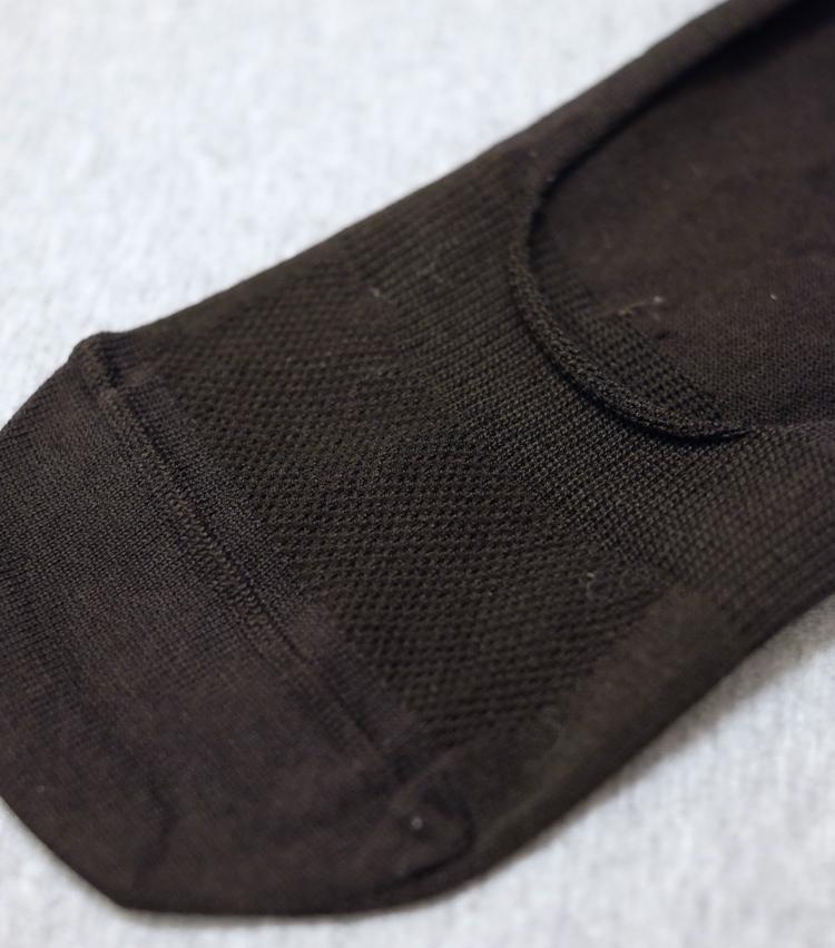 <p><strong>チョッカ</strong><br /> ホールド感をアップさせるため、履き口部分はリブ編みになっている。一方、甲部分はややテンションの緩いメッシュ状に。編みの使い分けで着用感を高めている。</p>