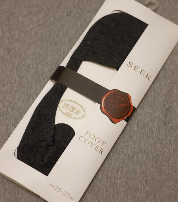 <p><strong>シーク</strong><br /> 曲線的な履き口の「アーチカット」や内側のストレッチテープ仕様、足底のクッションなど、独自設計を満載した一足。購入価格は1200円</p>