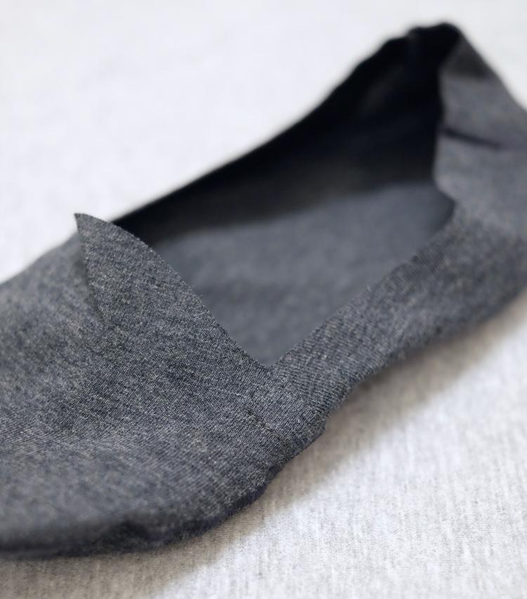 <p><strong>シーク</strong><br /> 履き口は「アーチカット」と呼ばれる曲線的な作りになっていて、甲へのアタリを軽減する工夫が。また指の付け根付近は深めにカットされていて、靴からソックスが覗くのを防いでいる。</p>
