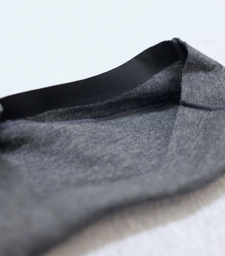 <p><strong>シーク</strong><br /> 履き口全体にわたって、内側を伸縮性のあるテープで覆っているため、ホールド感をキープしながら肌当たりを非常に柔らかくしている。カカト内側には滑り止めも。</p>