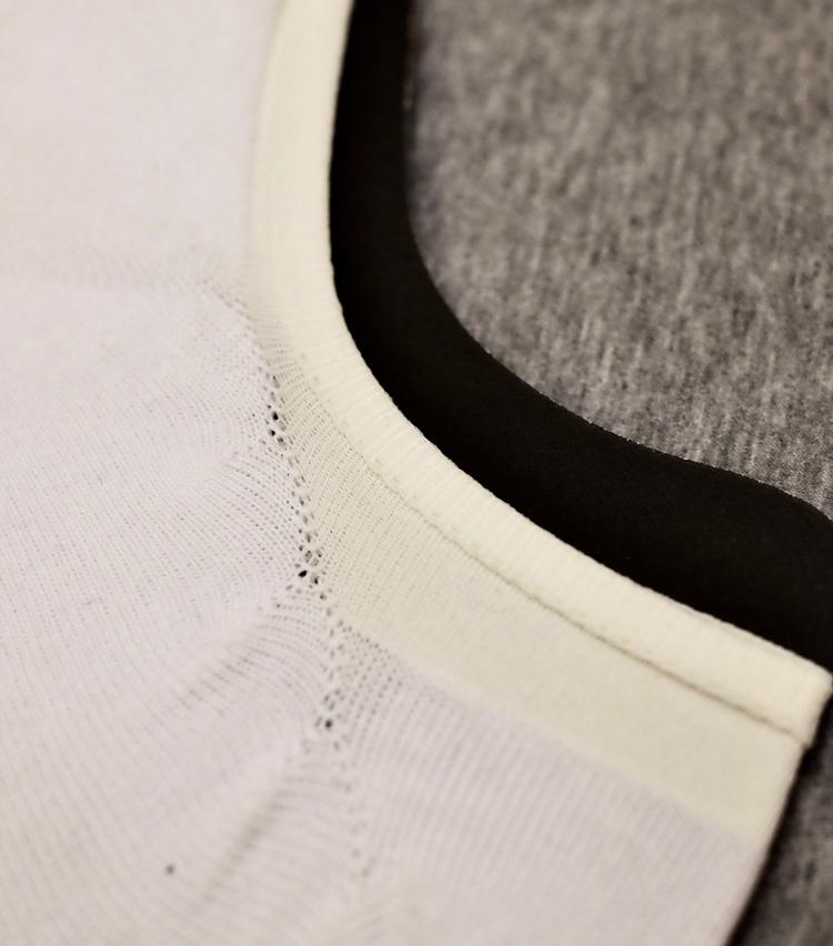 <p><strong>ガーク</strong><br /> 脱げにくさの秘訣となっているのが履き口の仕立て。足首部分の上端を折り込んで縫製し、帯状にすることでホールド感を高めている。くるぶしからカカトにかけてはリブ編みに切り替えている点もポイントだ。</p>