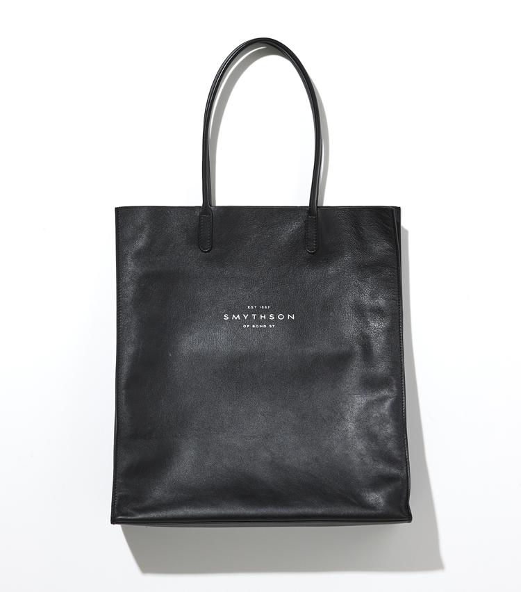 <p><strong>SMYTHSON / スマイソン</strong><br /> 店舗のショッパーから着想したキングリーコレクションのトートバッグは、軽くて柔らかなカーフスキンの一枚革で作られたもの。持ち運びに便利で肩掛けできる長めのハンドルは、旅行の際のサブバッグ、普段使いのショッピングバッグとしてもぴったり。上品なレザーの質感が、休日カジュアルの格上げにも一役買ってくれるに違いない。縦39×横W34.5×マチ9㎝。8万4000円(ヴァルカナイズ・ロンドン)</p>