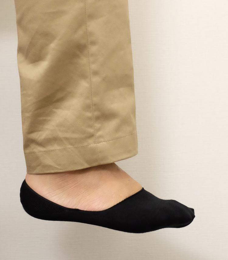 <p><strong>ファルケ</strong><br /> 今回のラインナップの中では全体的に最も浅い設計になっている。一方、生地全体の伸縮性が強めで、ぴったりと足をホールドする履き心地だ。さて、靴と合わせてみるとどうだろうか?</p>