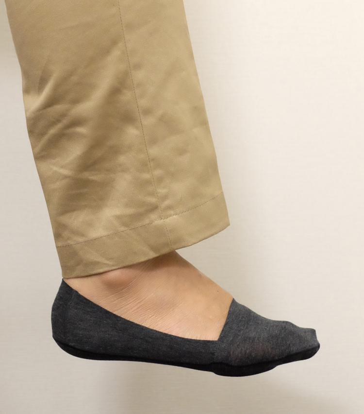 <p><strong>シーク</strong><br /> 足を包み込み、ぴったりとホールドされる履き心地。足裏のクッションもフカフカと心地よいが、歩行時に違和感が出ないよう絶妙な厚みに設定されている。</p>