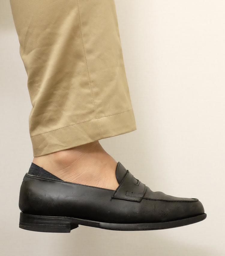 <p><strong>シーク</strong><br /> こちらもフロントは完璧ながら、カカト側からソックスが覗いている。靴と同系色を選べばさほど目立たないが、目立つ色の場合は注意したい。</p>