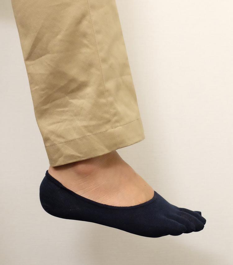 <p><strong>タビオ</strong><br /> 普通のソックスより脱ぎ履きに時間がかかるものの、それぞれの指がしっかり収まり、フィット感は◎。靴を履いたときの見え方はどうだろうか?</p>