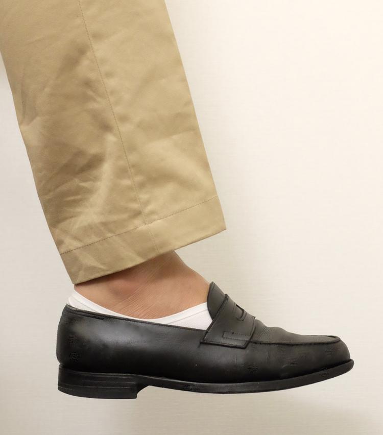 <p><strong>ガーク</strong><br /> 靴を履くとこんな感じ。全体的にソックスが覗いている。こちらのように、ローファーに反対色のソックスを合わせると目立ってしまう。靴と同系色のソックスを合わせるか、履き口の狭い靴と合わせるのがよいだろう。</p>