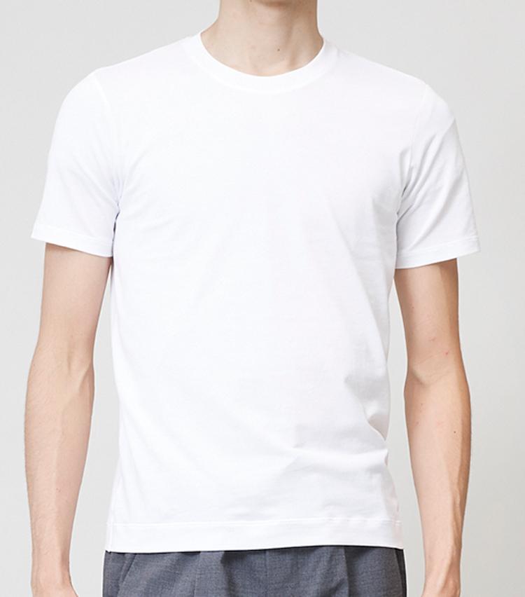 <p><strong>スリムシルエットTシャツ</strong><br /> ダボつきを排除した細身のフィッティング。袖丈や着丈も今回ピックアップした3着の中では最も短く設定されている。2万6000円/クルチアーニ(クルチアーニ)</p>