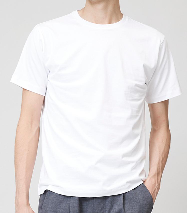 <p><strong>ミディアムシルエットTシャツ</strong><br /> 左に比べると全体的に若干ゆとりをもたせたシルエット。昨今は大人のTシャツでもこれくらいのフィット感のものが増えている。9500円/ジョン スメドレー(リーミルズ エージェンシー)</p>