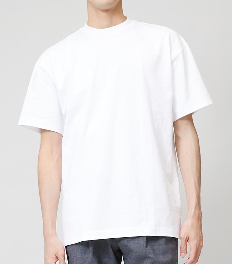 <p><strong>ワイドシルエットTシャツ</strong><br /> 身幅や着丈、袖丈がかなり長めに設定されており、肩幅もドロップショルダーになっている。一方、ネックはしっかり詰まっているので、だらしなく見えないのがポイント。1万2000円/エイトン(ストラスブルゴ)</p>