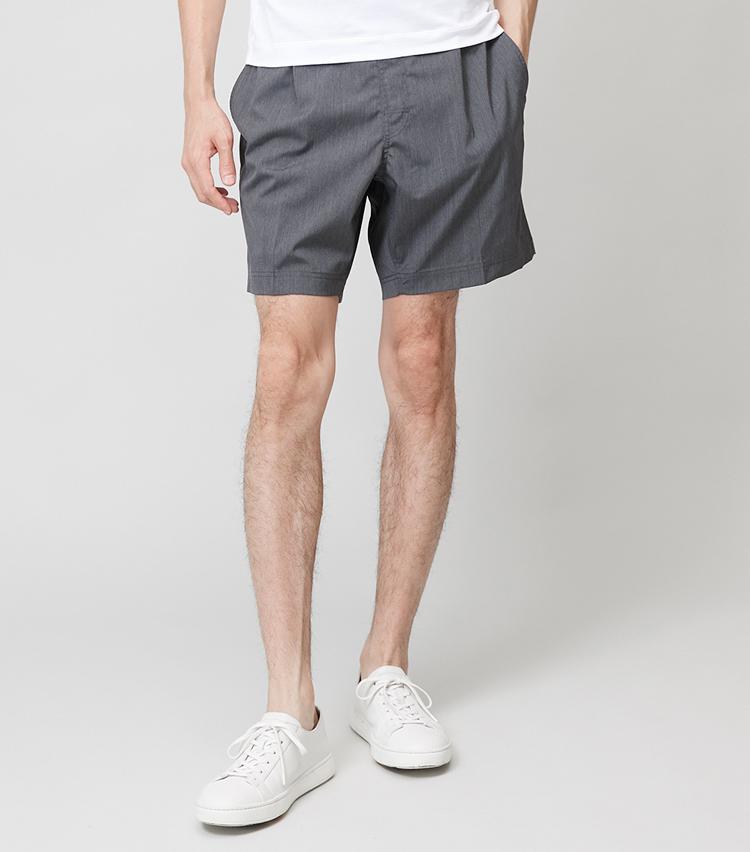 """<p><strong>ショートパンツ</strong><br /> 最近はショートパンツもワイドシルエット化の傾向。一方、丈は膝上の短めが継続していて、""""ゆったり&すっきり""""なものが主流だ。2万4000円/コロニー クロージング(ストラスブルゴ) 靴は左と同じ。</p>"""