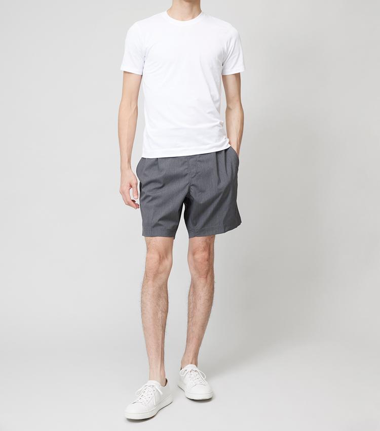 <p><strong>スリムT×ショートパンツ</strong><br /> 同じワイドシルエットでも、ショートパンツとならバランス良く見える。後述のワイドTシャツと合わせるのに比べて、こちらのほうがコンサバな雰囲気だ。</p>