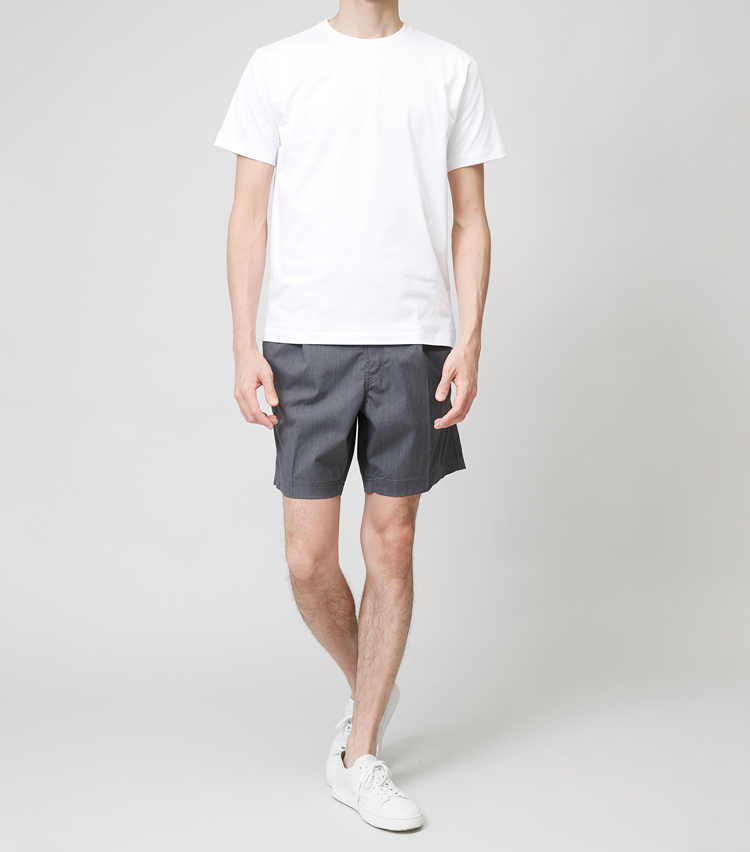 <p><strong>ミディアムT×ショートパンツ</strong><br /> 極端に悪くもないが、どっちつかずな印象にも見える組み合わせ。きれいめに見せるならスリムTシャツ、カジュアルに見せるなら後述のワイドTと、どちらかに振ったほうがベターのようだ。</p>