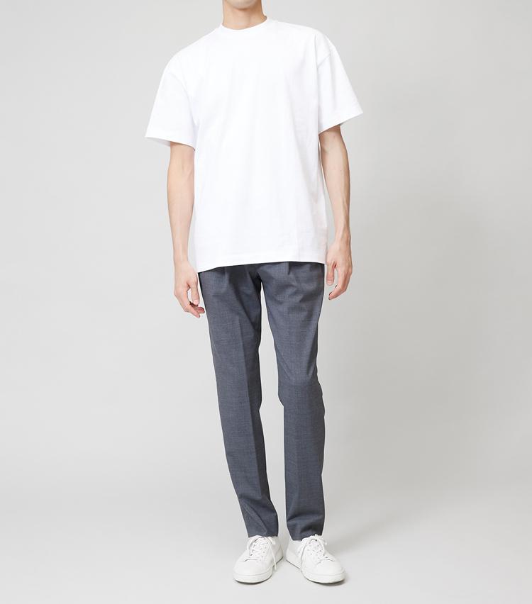 <p><strong>ワイドT×スリムパンツ</strong><br /> 身幅も袖幅もかなりゆったりとしていて、丈も長く設定されたTシャツ。あえてスリムパンツと合わせるテクもあるが、不用意に手を出すとチグハグにも見えかねない。ということで、Tシャツはスリムかミディアムシルエットが無難だ。</p>