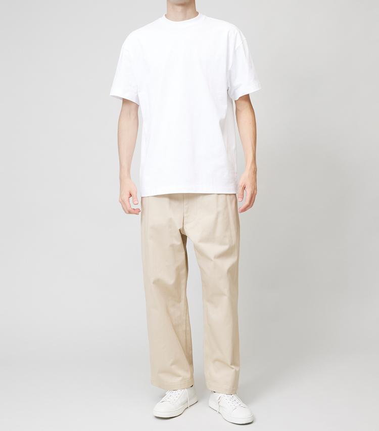 <p><strong>ワイドT×ワイドパンツ</strong><br /> パンツのワイドとTシャツのワイド感がほぼ同じ程度。このバランスもクールだが、印象としてはかなりカジュアル感が強くなる。キャラに合っていればこちらも好印象なので、トライしてみる価値はあり。</p>