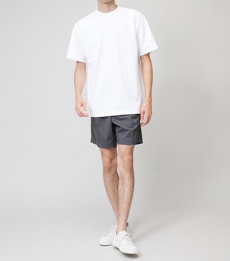 <p><strong>ワイドT×ショートパンツ</strong><br /> ややトップスが大きく見えるバランスだが、こちらも旬な佇まい。ミディアムシルエットのTシャツを合わせたときに比べてよりスポーティな雰囲気を演出できるので、好みで選んでほしい。</p>
