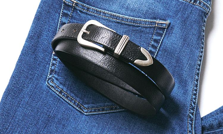 <p><strong>ウエスタンベルト</strong><br /> 大人のカジュアルベルトとして定着したウエスタンベルト。カーブしたバックルと、プンターレと呼ばれる先端の金具がアクセントとなっている。こちらのように幅が細めのものなら様々なパンツと合いやすい。1万2000円/サドラーズ(ビームス 六本木ヒルズ)</p>
