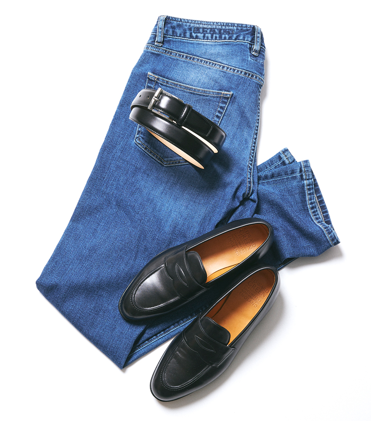 <p><strong>ローファー×スムースレザーベルト</strong><br /> ビジネス然としたベルトだが、同じ表革ならローファーとの相性はいい。今回、靴×ベルトで16種類の組み合わせを試したが、その中では最もドレッシーに見える組み合わせだ。それだけに、パンツは写真のようなウォッシュドデニムより、リジッドデニムやグレースラックスのほうが合いそう。パンツ6万7000円/ムーレー(コロネット)※以下すべて同じ。</p>