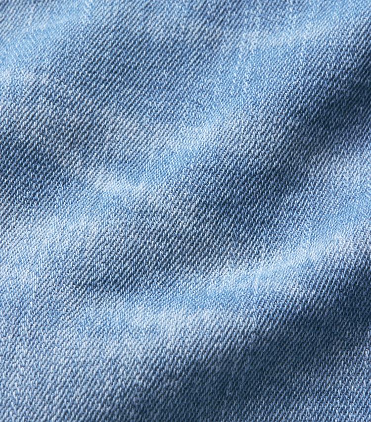 <p><strong>YANUK / ヤヌーク</strong><br /> 「リゾートジーンズ」と名付けられたこちらは、コットン、レーヨン、リネン、ポリウレタンをブレンドし、軽量な8オンスに織り上げた生地を採用。さらさらの肌触りとストレッチ性を兼備し、夏にも非常に快適だ。エラスティックウエストもリラックスして穿けるポイント。2万6000円(カイタックインターナショナル)</p>