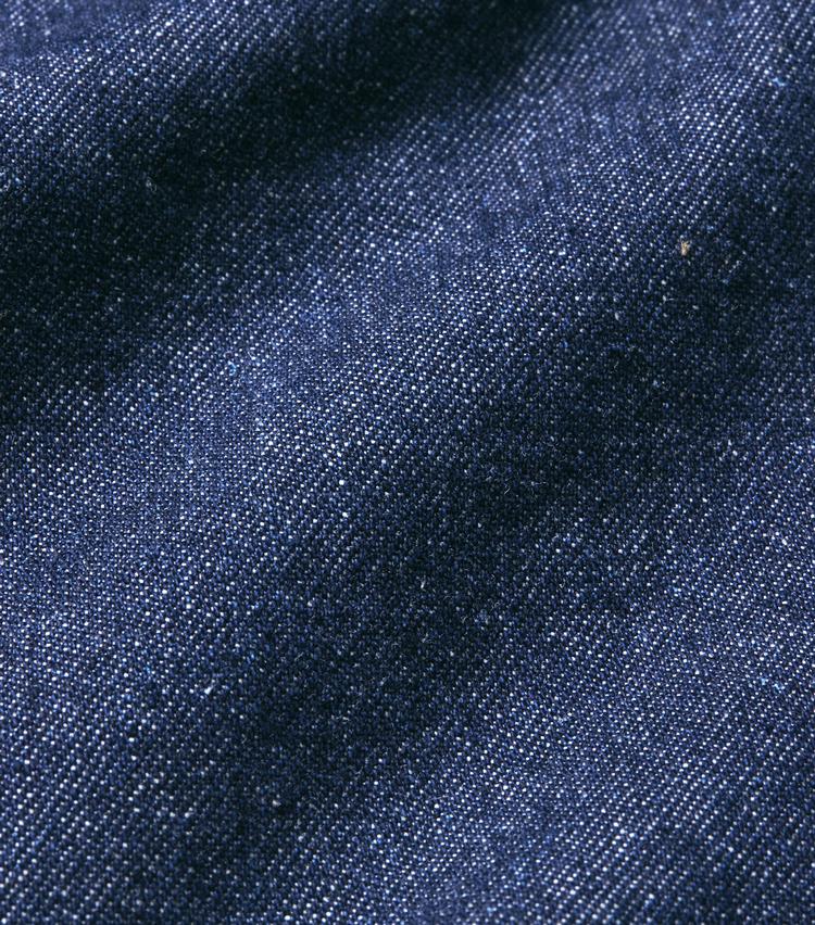 <p><strong>A.P.C. / アーペーセー</strong><br /> 日本製のライトオンスデニムで仕立てた「ルーディ」ジーンズ。深めの股上と、裾までストンと落ちるストレートラインが印象的だ。裾はカットオフになっていて、さりげなくラフなアクセントを効かせている。細すぎず太すぎずのシルエットで大人が穿きやすい一本。2万6000円(A.P.C. カスタマーサービス)</p>