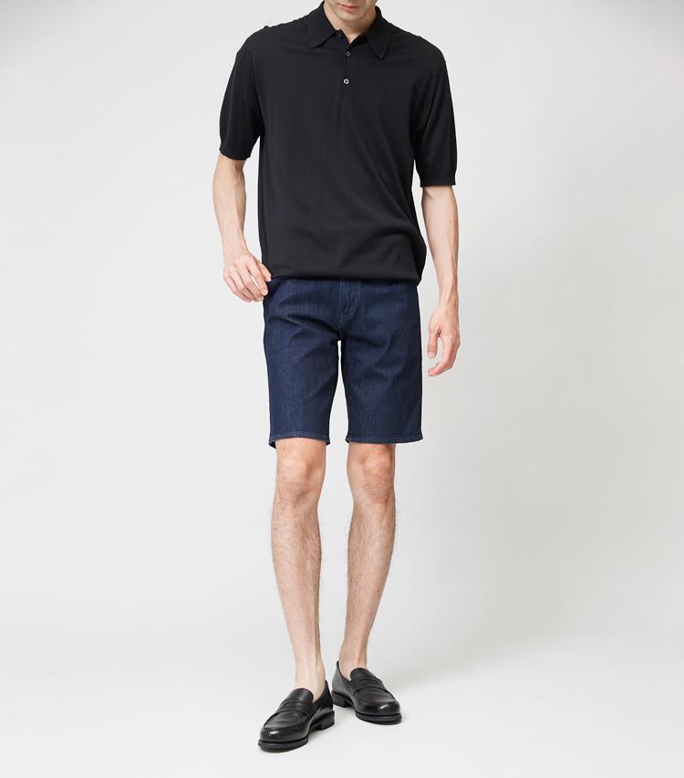 <p><strong>LEVI'S / リーバイス®</strong><br /> 大定番ブランドのデニムも、ショート丈になると新鮮。スリムなシルエットと落ち着いたダークトーンで、ラフに見えすぎず大人っぽく着こなせるのが魅力だ。ストレッチデニムを採用しているため、はき心地も極めて快適。7000円(リーバイ・ストラウス ジャパン) ポロシャツ、靴は左と同じ。</p>