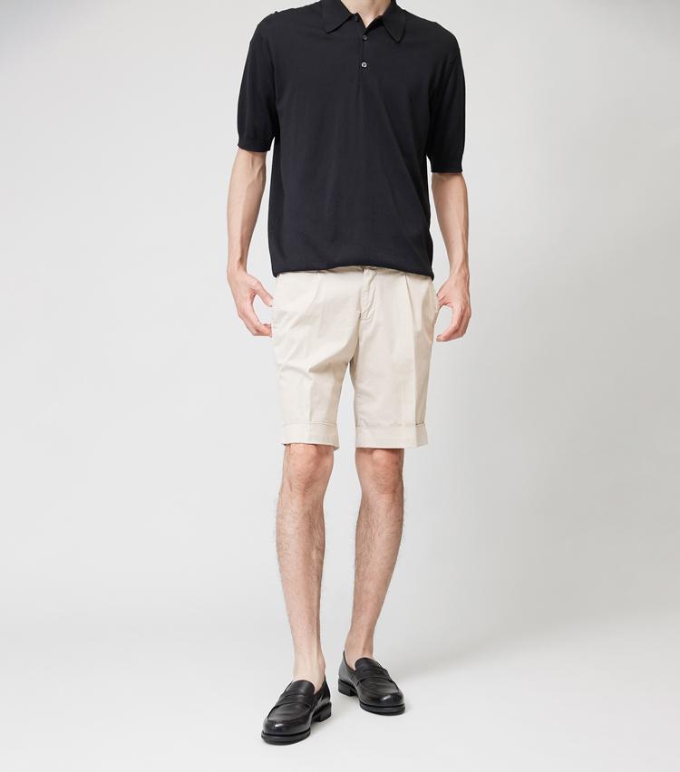 <p><strong>BRIGLIA 1949 / ブリリア 1949</strong><br /> ナポリを拠点とする新鋭パンツブランド。コットン97%+ポリウレタン3%でストレッチ性をもたせた生地は、上品なオフホワイトの色みも魅力的だ。フロントのプリーツとセンタークリース、ダブル裾というドレッシーな仕立てで、ジャケットにも合う顔つき。細すぎず太すぎずのシルエットも使いやすい。1万5000円(トヨダトレーディングプレスルーム) ポロシャツ、靴は左と同じ。</p>