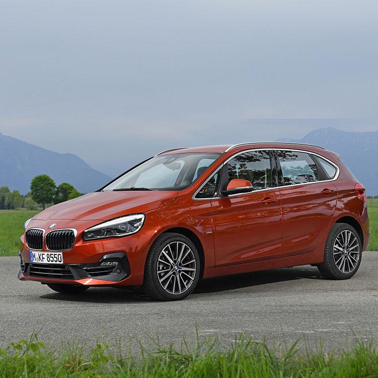 <p><strong>BMW 2 アクティブツアラー<br /> 386万円~548万円</strong><br /> BMWで好調なセールスを続けている2シリーズ。特に家族向けにオススメしたいのはコンパクトミニバンとなる「アクティブツアラー」。兄弟車に7人乗り、3列シートの「グランツアラー」があるが、基本性能は同じ。全長約4.6mの小柄なボディに使いやすい車内設計、2ℓと小さいながら元気なエンジン、と国産ミニバンとは全く異なるテイストになっている。</p>