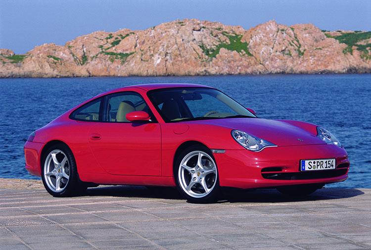 <p>1997年にモデルチェンジした5代目となるタイプ996。水平対向エンジンは水冷へと変更された。</p>