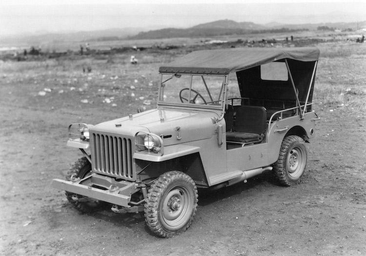 <p>1951年に登場した初代となるBJ型。当時としては大排気量の3.4リッター直6OHVエンジンを搭載した。車名がランドクルーザーとされたのは1954年の事であった</p>