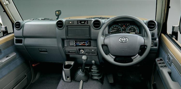 <p>ミッションは5MTのみ。副変速機付きパートタイム4WDを採用する。シフトノブの右側にあるのが駆動方式を変えるトランスファーレバーだ</p>