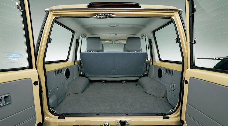 <p>最大積載量は2名乗車時に500kg。リアシートは一体型のベンチシートを採用し、ヘッドレストを付けたままで折り畳める</p>